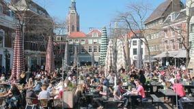 Люди в внешних cafetarias в Гааге, Голландии сток-видео