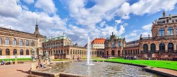 Люди в дворце Zwinger суда (Der Dresdner Zwinger) Стоковое Фото