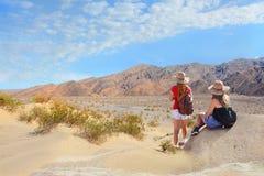 Люди в горах на каникулах задействуют Стоковая Фотография RF