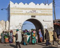 Люди в их ежедневной по заведенному порядку деятельности которая почти неизменно в больше чем 400 летах Harar эфиопия стоковое фото