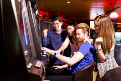 Люди в казино стоковые изображения rf