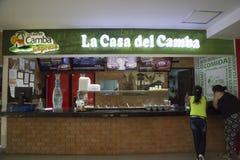 Люди в кафе фаст-фуда традиционной боливийской еды стоковые изображения rf