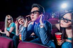 Люди в кино нося стекла 3d стоковые фотографии rf