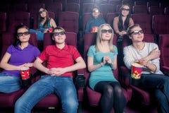 Люди в кино нося стекла 3d стоковые изображения rf