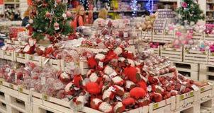 Люди в магазине для того чтобы купить украшения рождества Стоковое Фото