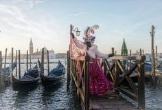 Люди в масках и костюмы на венецианской масленице Стоковые Фотографии RF