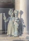 Люди в масках и костюмы на венецианской масленице Стоковое Фото