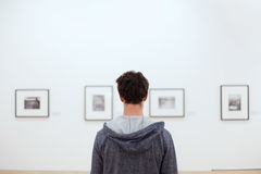 Люди в музее изобразительных искусств Стоковые Изображения