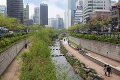 Люди вдоль потока Cheonggyecheon в Сеуле Стоковое Фото