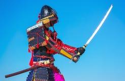 Люди в панцыре самураев с шпагой на предпосылке голубого неба Стоковое Фото
