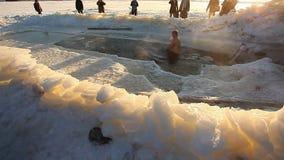 Люди в погружении Лед-отверстия в торжестве явления божества акции видеоматериалы