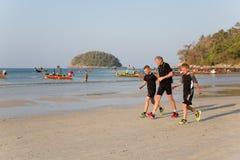 Люди в раннем утре на Kata приставают к берегу Стоковая Фотография RF