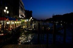 Люди в ресторане и гондола на грандиозном канале в Венеции, Италии Стоковое Изображение RF