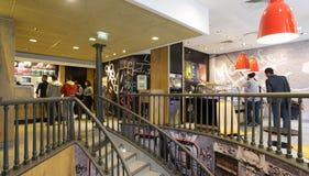 Люди в ресторане McDonalds в Париже Стоковые Изображения RF