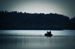 Люди в рыбной ловле шлюпки на море Стоковые Фото