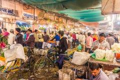 Люди в рынке цветка в раннем утре Стоковое Фото