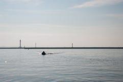 Люди в спасательных жилетах на шлюпке в море Стоковое Изображение RF