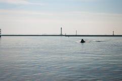 Люди в спасательных жилетах на шлюпке в море Стоковое фото RF