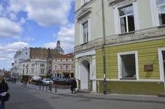 Люди в старом городке в Вильнюсе стоковое изображение rf