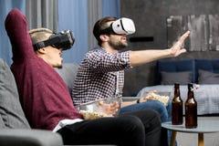 Люди в стеклах виртуальной реальности Стоковое Фото