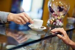 Люди в столовой с кофе эспрессо сервировки бармена Стоковая Фотография