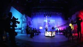Люди в студии ТВ павильона Снимать телепередачу Силуэты работников и машинного оборудования телевидения редакционо видеоматериал