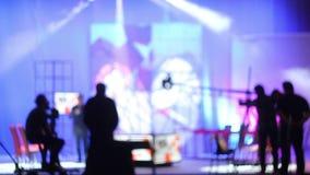 Люди в студии ТВ павильона Снимать телепередачу Силуэты акции видеоматериалы
