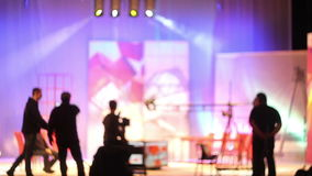 Люди в студии ТВ павильона сток-видео
