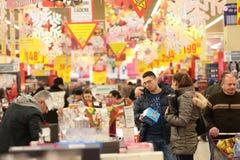 Люди в супермаркете Стоковое Фото