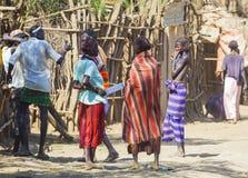 Люди в традиционной деревне племени Dassanech Omorato, Ethio стоковое фото
