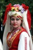 Люди в традиционных костюмах фольклора Стоковое Изображение