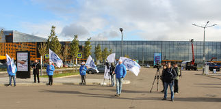 Люди в форме с флагами на предпосылке ExpoForum Стоковые Фото