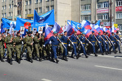 Люди в форме с флагами Российской Федерации принимают участие Стоковое фото RF