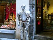 Люди гостеприимсва панцыря рыцаря для посещения магазина Стоковое Изображение