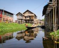 Люди гребя деревянную шлюпку на озере в Inle, Мьянме Стоковые Фотографии RF