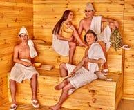 Люди группы в шляпе Санты на сауне Стоковое фото RF
