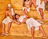 Люди группы в шляпе Санты на сауне Стоковая Фотография
