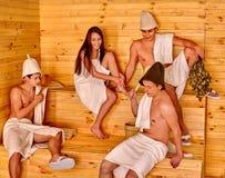 Люди группы в шляпе Санты на сауне Стоковые Фотографии RF