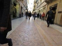 Люди гуляя в улицах центра города Вероны Стоковое Изображение