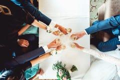 Люди держат в стеклах рук с белым вином Свадебный банкет Стоковые Фото