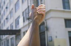 Люди держа руки, руки через Америку, Лос-Анджелес, Калифорнию Стоковые Изображения