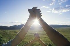 Люди держа руки, руки через Америку, Неш-Мексико Стоковые Изображения