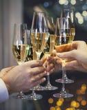 Люди держа стекла шампанского делая здравицу стоковые изображения rf