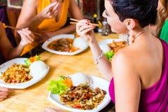 Люди есть в ресторане Азии Стоковая Фотография