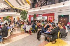 Люди есть фаст фуд на ресторане жареной курицы Кентукки Стоковая Фотография RF