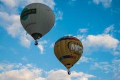 Люди летают в корзину воздушного шара Стоковые Изображения
