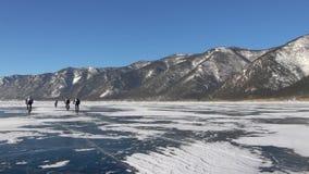 Люди ехать велосипед на поверхности замороженного озера видеоматериал