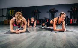 Люди делать нажимает поднимают в классе фитнеса стоковое изображение rf