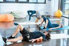 Люди делая гимнастику, девушку выполняя представление моста Стоковое фото RF