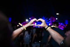Люди делая руки в заходе солнца силуэта формы сердца Стоковая Фотография RF